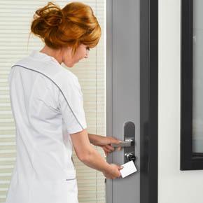aperio_cylinder_metal-knob_white-card_nurse